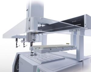 Foto 1: Autocampionatore multifunzione AOC – 6000 della Shimadzu. Si noti il magazzino porta moduli siringa e la notevole movimentazione lineare (fonte: https://www.ssi.shimadzu.com/)
