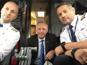 Riccardo Borghi, Division Manager Gripping Systems di SCHUNK Intec srl con i piloti dell'aeromobile in occasione del viaggio SCHUNK alla EMO del 2017